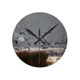 Relógio Redondo Guindastes do vôo em um lago