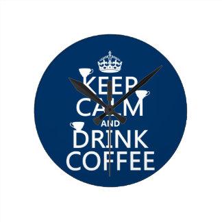 Relógio Redondo Mantenha café calmo e da bebida - todas as cores