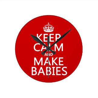 Relógio Redondo Mantenha calmo e faça bebês (em alguma cor)