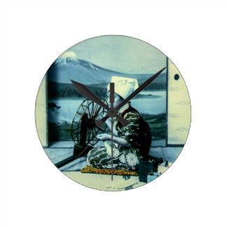 Relógio Redondo Monte Fuji em uma tela de seda atrás da gueixa de
