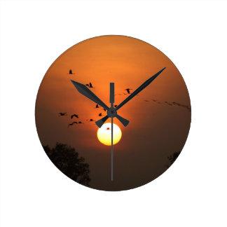 Relógio Redondo Nascer do sol com rebanhos de guindastes do vôo