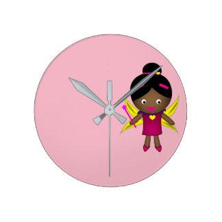 Relógio Redondo O pulso de disparo feericamente preto da menina