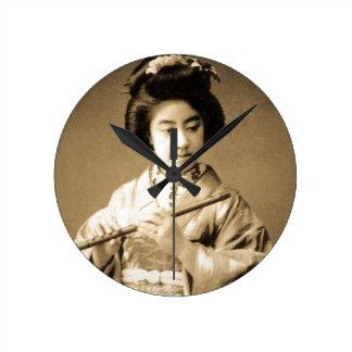 Relógio Redondo O Sepia do vintage tonificou a gueixa japonesa que