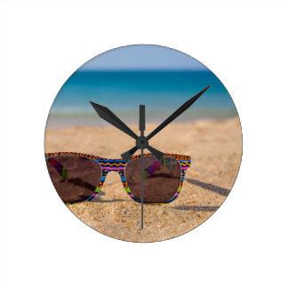 Relógio Redondo Óculos de sol coloridos que encontram-se em