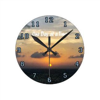 Relógio Redondo Slogan - dia em um momento