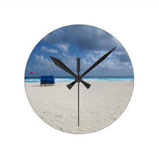 Relógio Redondo Uma cadeira de praia espera