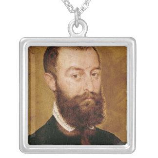 Retrato de um homem com uma barba colar banhado a prata