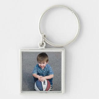 Retrato do menino com basquetebol fora chaveiro quadrado na cor prata