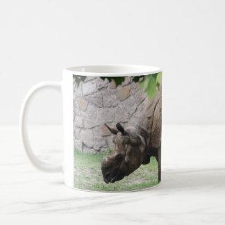 Rinoceronte asiático do rinoceronte que pasta caneca de café