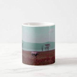 Rinoceronte preto no rosa caneca de café