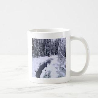 Rio nevado do inverno da natureza caneca