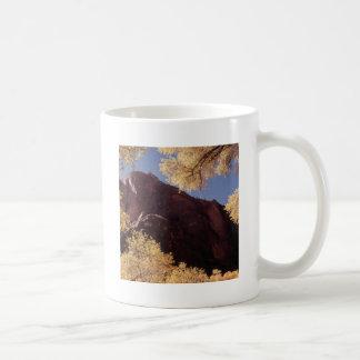 Rocha do outono das árvores da natureza canecas