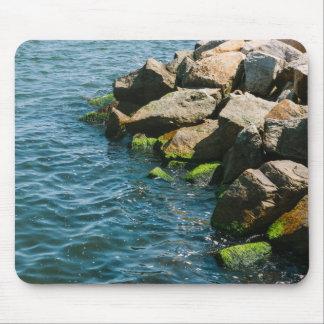 Rocha em um mar azul fotografia da paisagem mousepad