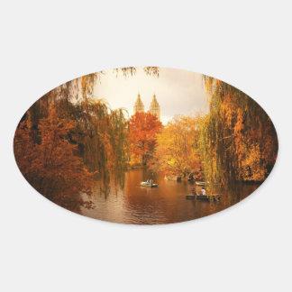 Romance do outono do Central Park Adesivo Oval