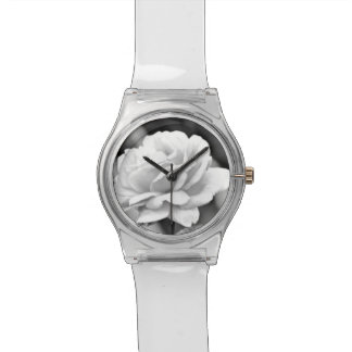 Rosa branco no relógio preto