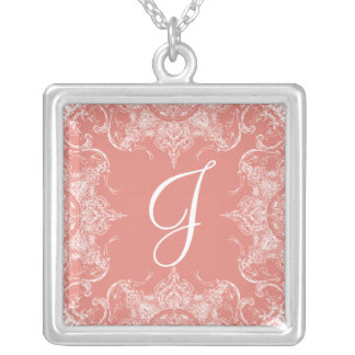 Rosa do coral do monograma do casamento do colar banhado a prata