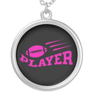 Rosa do jogador de futebol no preto com bola de colar com pendente redondo