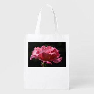 Rosa do rosa no saco reusável preto sacola reusável