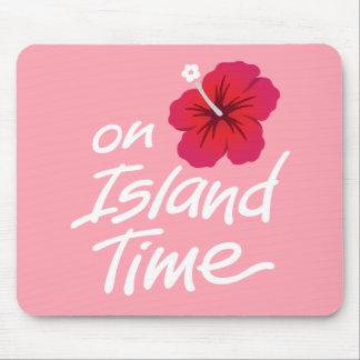 Rosa no tapete do rato do tempo da ilha com mouse pad