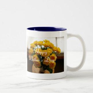 Rosas amarelos do dia das mães feliz caneca de café em dois tons