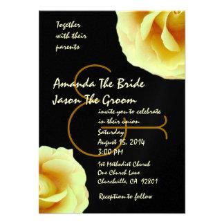 Rosas amarelos pálido e modelo preto do casamento convites personalizados