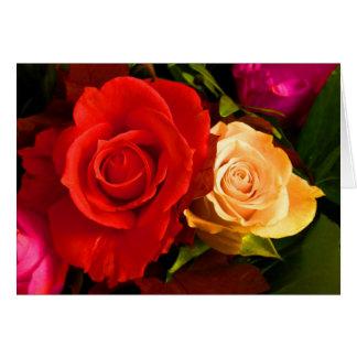 Rosas amarelos vermelhos do dia das mães feliz cartão