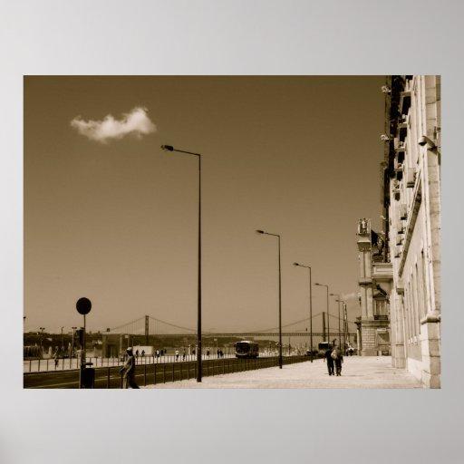 Rua preto e branco clássica da cidade em Lisboa Poster
