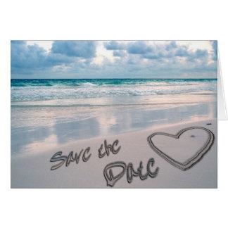 Salvar a escrita do coração da areia da data cartão comemorativo
