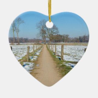 Sandpath entre prados nevado no inverno holandês ornamento de cerâmica coração