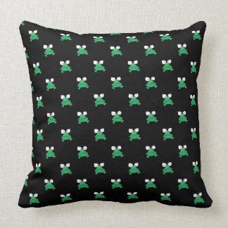 Sapos verdes no travesseiro decorativo preto almofada