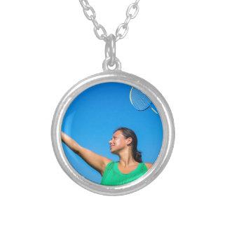 Saque colombiano da mulher com raquete de colar banhado a prata