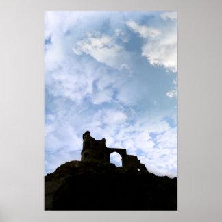 Segue o castelo da bobina em rochas na silhueta poster
