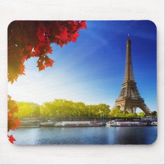Seine em Paris com a torre Eiffel no tempo do Mouse Pad