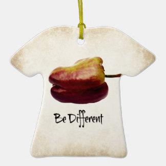 """""""Seja"""" pimenta de Bell roxa diferente Ornamento De Cerâmica Camiseta"""