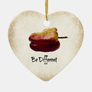 """""""Seja"""" pimenta de Bell roxa diferente Ornamento De Cerâmica Coração"""
