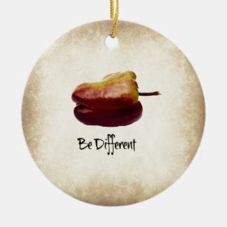"""""""Seja"""" pimenta de Bell roxa diferente Ornamento De Cerâmica Redondo"""