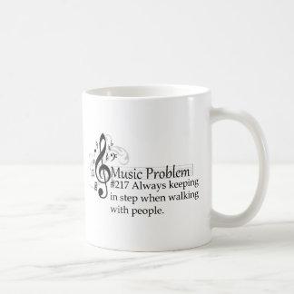 Sempre mantendo-se na etapa ao andar com povos caneca de café
