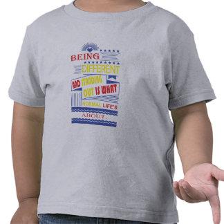"""""""Sendo"""" criança diferente das citações caçoa o T-shirt"""