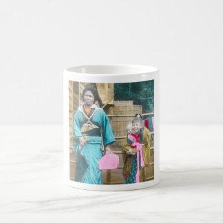 Senhora japonesa e seu vintage das filhas caneca de café