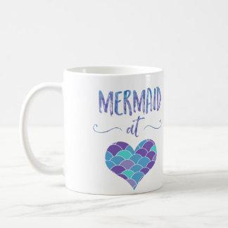 Sereia bonito na caneca de café do coração