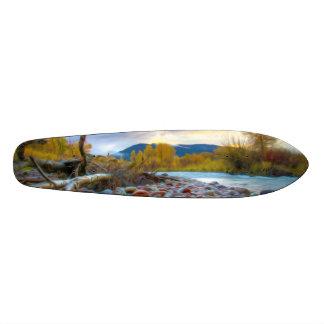 Shape De Skate 18,4cm Um rio com as pedras em montanhas do outono