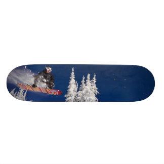 Shape De Skate 18,7cm Ação da snowboarding no resort de montanha do