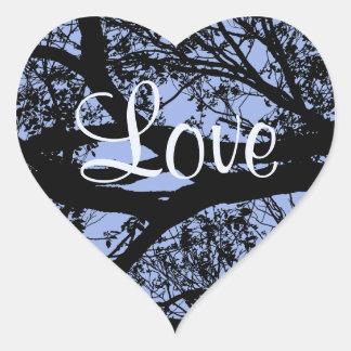 Silhueta da árvore no coração azul do amor adesivo coração