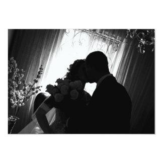 Silhueta romântica no convite do casamento