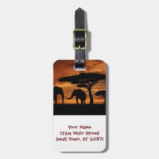 Silhuetas dos elefantes africanos no por do sol tags de mala