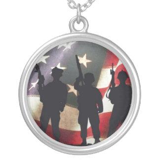 Silhuetas militares patrióticas do soldado colar personalizado