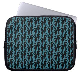 Silhuetas tropicais do cavalo marinho - azul preto capas para computadores