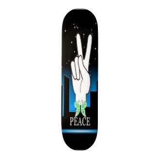 Símbolo de paz da mão com um fundo da cidade skate