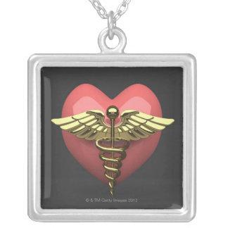 Símbolo do coração com símbolo médico (caduceus) colar banhado a prata