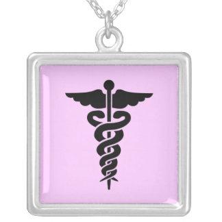 Símbolo médico colar com pendente quadrado
